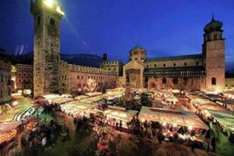 Trento - bancarelle notturne in piazza del Duomo